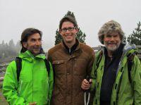 MHMK-Student Timo Gadde umringt von Hanspeter Eisendle und Reinhold Messner