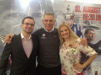 Mitarbeiter der Kanzlei mit dem ehemaligen Trainer und heutigen Manager der Eisbären, Peter-John Lee.