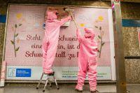 """Pressetermin 20.03.2017:  Schweine plakatieren """"Neue Bauernregeln"""" in Düsseldorf – Innenstadt wird zum Tatort"""