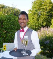 Im Service aus Leidenschaft: Filmon Hailay, Flüchtling aus Eritrea, im Wohlfühlhotel Alte Rebschule Rhodt unter Rietburg.