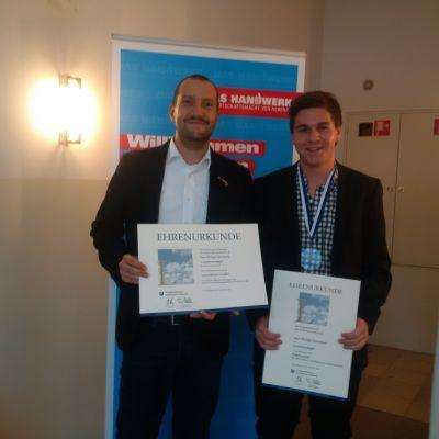 Ausbilder und Chef Armin Schmidt (links) und der stolze Sieger Philipp Seemeier (rechts) mit ihren Urkunden.
