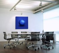 Wandobjekt Blue Sphere fördert die Kommunikation in Besprechungsräumen.