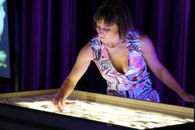 Unterhaltung für Betriebsfeier mit Sandmalerei Künstlerin Sabrina
