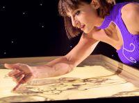 Mit Sandmalerei Show sorgten Künstler für beste Unterhaltung bei Weihnachtsfeier der Firma NGK