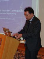 Prof. Dr. Alyosh Agarwal präsentiert die Ergebnisse der studentischen Projektarbeiten im Mai 2014