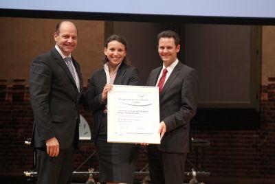 Strahlen nach harter Arbeit: Die Stargardts (Simone in der Mitte, Jochen rechts) erhalten die Auszeichnung des Ludwig Erhard