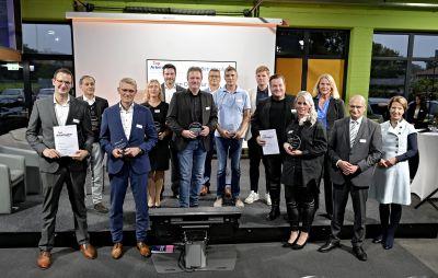 """Christian Rabbel (5. v. l.) ist stolz auf die Auszeichnung """"Top Arbeitgeber"""" 2021 im Kreis Steinfurt."""