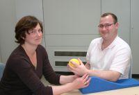 Frau Venter und Herr Geuppert während der Ergotherapie
