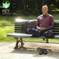 Berufstätige führen sich mit der Key Meditation App aus dem Stress