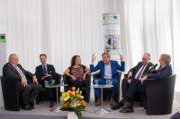 Lebhafte Podiumsdiskussion mit Moderator Dr. Hajo Schumacher und fünf Experten für Bildung und internationale Arbeitswelten.