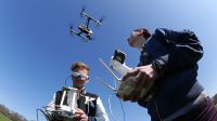 Studierende der Hochschule Macromedia üben den Einsatz von Video-Drohnen im Hamburger Stadtpark. Foto: Andreas Hebbel-Seeger