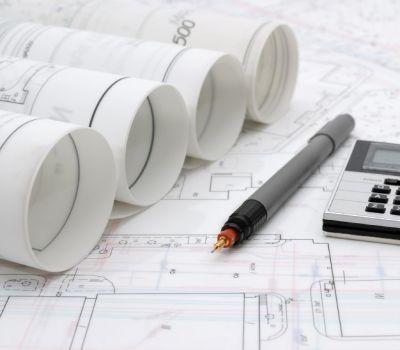 Pläne und Zeichnung Instrumente auf dem Tisch; Foto: iStock