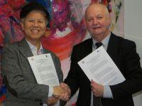 Prof. Dr. SeungHyun Lee, Dekan der Graduate School of Info Content an der Kangwoon University, und Prof. Faust