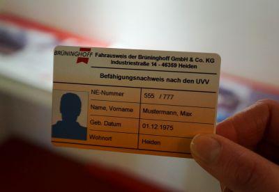 Ein spezieller Fahrausweis zeigt, wer zur Bedienung von Maschinen geschult und ausgebildet ist. (Foto: Brüninghoff)