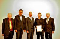 Preisträger B.Eng. Martin Stoffers mit IfKom-Vorstand und Hochschulleitung