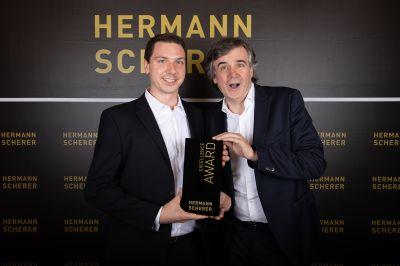 Florian Michalik (links) wurde von Hermann Scherer mit dem Excellence Award ausgezeichnet. Foto: Christina Pörsch