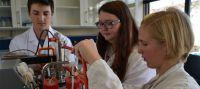 In einem Uni-Schulprojekt entwickeln Schüler des Biotechnologischen Gymnasiums Messmethoden an einem Fermenter