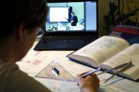 Schüler am Bildschirm mit Schulungsunterlagen