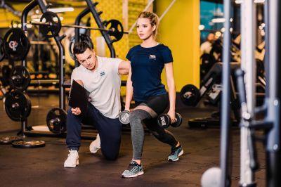 Fortbildungen, zum Beispiel zum Fitnesstrainer, können staatlich mit bis zu 50 Prozent der Ausbildungskosten gefördert werden.