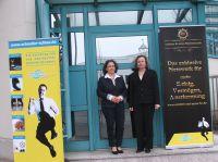 Die Geschäftsführerinnen Katja Fellmeth und Katja Möhle-Stöhr vor dem Akademiegebäude.
