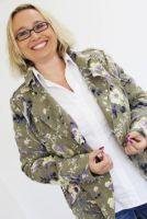 Karriere-Expertin Andrea Starzer gibt am Messestand von holzjob.eu Bewerbungstipps
