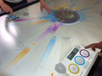 Am Multi-Touch-Tisch können die Spieler gemeinsam Exponate vor schädlichen Einflüssen schützen