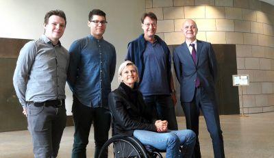 v.l.n.r.: Christian Schäfer, Glenn Büsing, Lisa Steinmann (MdL), Andreas Stiene (Projektförderer), Bernd Neuendorf (Staatssekr.)