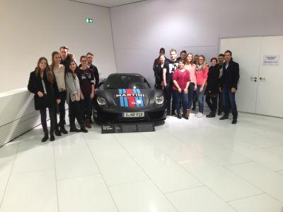 Macromedia Studierende im Porsche Museum