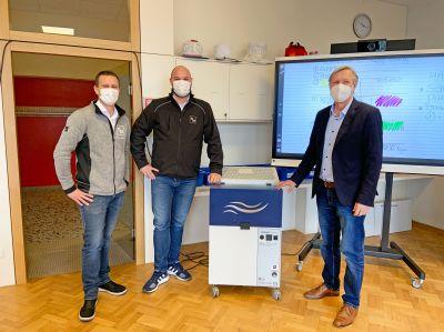 Über die virenfreie Raumluft freuen sich (v.l.) Thorsten Fischedick (TEKA), Simon Telöken (Geschäftsführer TEKA) und der Schulleit
