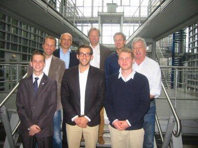 Sportjournalistik-Stipendium zum ersten Mal vergeben: Die Jury (im Hintergrund) entschied sich für Patrick Berger (vorne Mitte). N