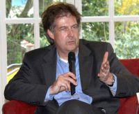 MHMK-Prof. Dr. Thomas Hestermann auf dem Podium des Weißen Rings