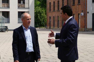 Personalberater Hans Ulrich Gruber traf den indischen Generalkonsul Mohit Yadaf (r.) während seines Oberfranken-Besuchs in Bamberg