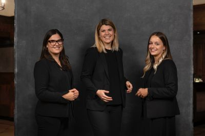 Platzl Hotels: HR-Team v. l.: Sophie Frei (Training & Quality Manager), Nina Mahnke (Leiterin Personal- & Qualitätsmanagement) und