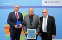 Handwerkskammer Unterfranken ehrte Karl Schmitt GmbH mit Geschäftsführer Ulrich Schmitt als verdienter Ausbilder. Foto: Rudi Merkl