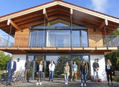 Geschäftsführer Michael Regnauer  (links) mit den sieben neuen Auszubildenden. (Foto: Regnauer Fertigbau)