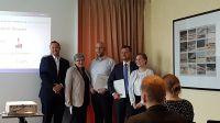 Renko Hermans und Brita Moosmann (HotelPartner) und die Gewinner des Stipendiums Jan Reiländer. und Christoph Peiniger (v.l.n.r.)