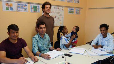 Flüchtlinge beim Deutschunterricht können bei Dr. Sussieck auch ihre Babys mitbringen.