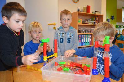 Rasmus, Johannes, Linus und Hannes (v.l.) bauen eine Murmelbahn. Dabei lernen sie, dass es wichtig ist, miteinander zu arbeiten.