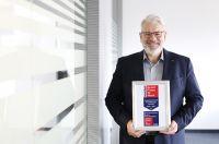 """Michael Roth, Geschäftsführer der Hekatron Manufacturing mit den Auszeichnungen """"Bester Arbeitgeber BW"""" und """"Great Start!"""""""