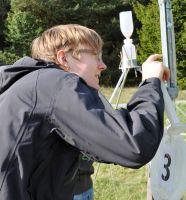 Während eines Freilandpraktikums bestimmt Friedrich Boeing den Feuchtegehalt des Bodens. Foto: Uni Bayreuth