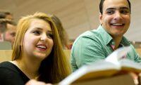 Beruf oder Masterstudium: Diese Frage stellen sich jetzt viele Studierende. Die Uni Bayreuth macht dazu interessante Angebote