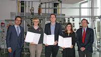 Prof. Dr. Grünberger (l.) und Prof. Dr.-Ing. Jess (r.) konnten jetzt den ersten Studenten die Abschlußurkunde überreichen.