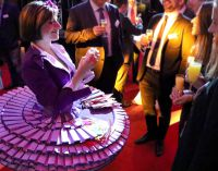 Unterhaltungskünstler begeistern mit Origami bei Firmenevent