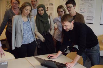 Bei ihrem Besuch am HHZ verschaftte sich die Bundestagsabgeordnete Saskia Esken (h.r.) einen Überblick über die Forschung am HHZ