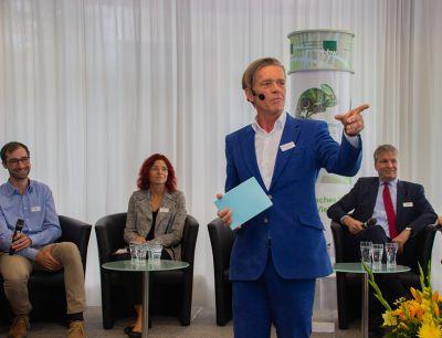 Lebhafte Podiumsdiskussion mit Moderator Dr. Hajo Schumacher