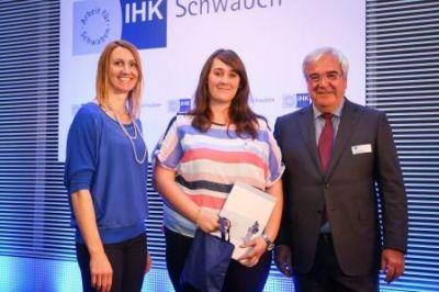 Foto: (v.l.n.r.)  Carolin Hingst (Profisportlerin im Stabhochsprung), Sandra Schmid (Jahrgangsbeste Medienkauffrau Digital & Print