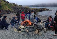 Zünftige Stärkung nach einer spannenden Walbeobachtungs-Tour: Die Schüler bei ihrem Grillfeuer am Strand.