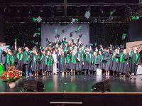 Der traditionelle Hutwurf der Absolventen hier im Rahmen des Festakts zum 10-Jahres-Jubiläum der bbw Hochschule in Berlin.