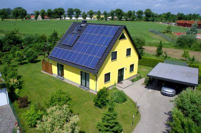 Einfamilienhaus mit der Drohne fotografiert
