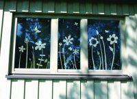 Das Fenster- und Glastattoo 'Blümchenwiese' von www.lovala.com - blüht auch im Winter!